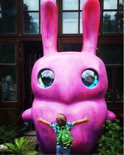 Большой розовый заяц Оли Муравиной